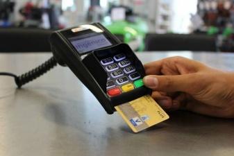 Продавец магазина запомнил данные о кредитках более чем 1300 человек и использовал ее в Интернете