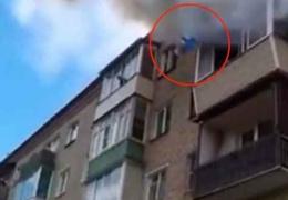 Перекрестились и выпрыгнули: семью, упавшую с 5 этажа, спас ковер