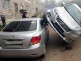 Девушка припарковала свою Тойоту на другой Тойоте