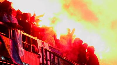 фанаты сборной Боснии забросали пиротехникой футбольное поле в Таллинне