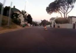 Скейтбордист разогнался на шоссе в ЮАР до 110 км/ч, возмутив дорожную полицию