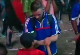 Португальский мальчик успокоил плачущего болельщика Франции. Видео