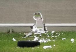 Колесо легковушки пробило дыру в массивном школьном заборе