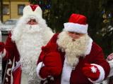 """ФОТО: на мосту """"Дружба"""" встретились Санта-Клаус и Дед Мороз"""