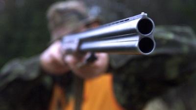 На побережье Чудского озера мужчина пытался утихомирить шумную компанию с помощью охотничьего ружья