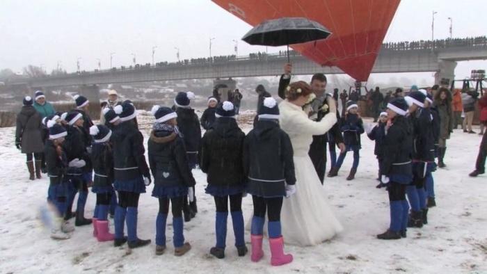 Попытка установить рекорд по количеству свадеб в воздухе