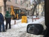 Коммунальщики перекопали экскаватором образцовый газон в Екатеринбурге
