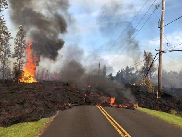 ВИДЕО: из вулкана на Гавайях течет все больше лавы, ожидается мощное извержение