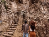 Перуанский скульптор высек в скале гигантские фигуры древних богов