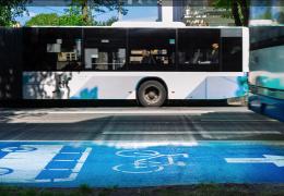 Противники движения велосипедистов по полосам общественного транспорта начали собирать подписи