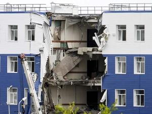 Проседание грунта могло стать причиной обрушения казармы в Омской области, заявили источники