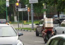 Как уместить на багажнике мотоцикла девушку и системный блок