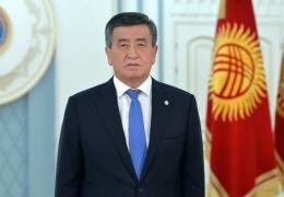 Президент Киргизии допустил отмену итогов выборов. Протестующие освободили арестованных политиков и формируют новую власть