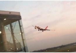 Пилот последнего рейса Air Berlin совершил впечатляющий прощальный маневр. Однако понравился он не всем