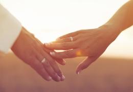 Почему обручальные кольца принято носить на безымянном пальце?
