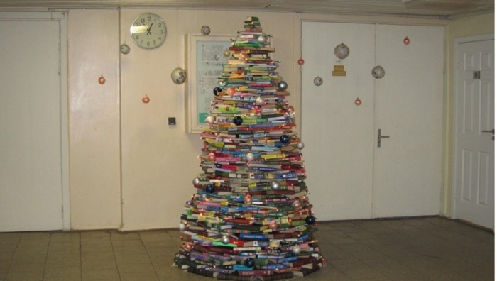 В Нарвской библиотеке установили елку из книг