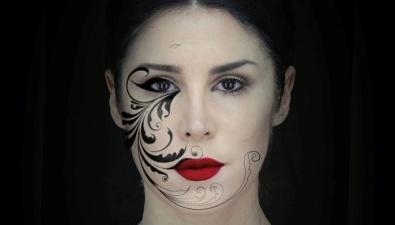 Лицо девушки превращается в ожившую картину с помощью 3D-проекции (видео под катом)