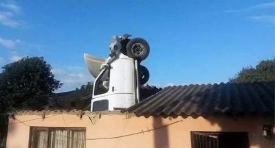 Машина залетела в дом через крышу