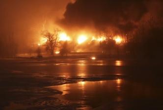 В США загорелся сошедший с рельсов состав с нефтью