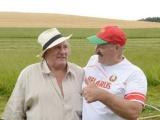 Лукашенко показал Депардье свою резиденцию и поучил косить