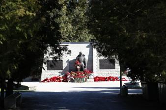 """К """"Бронзовому солдату"""" несут цветы"""