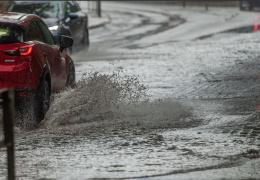 на Латвию обрушилась гроза с градом и смерчами, на Эстонию надвигается циклон