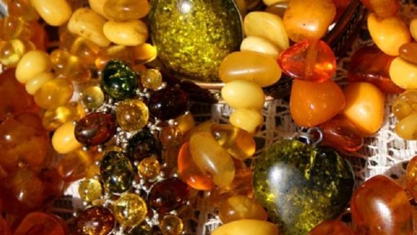 В Нарве из припаркованной машины украли два килограмма янтарных украшений