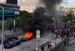 В США тысячи людей протестуют против полицейского насилия