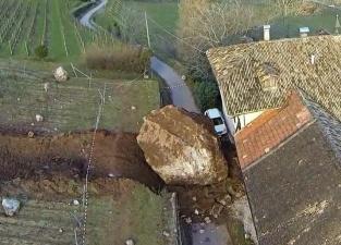 Камень разрушил усадьбу