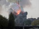 Шпиль и крыша рухнули: огонь уничтожил Собор Парижской Богоматери