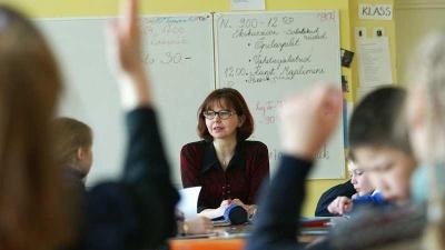 Правительство одобрило увеличение минимальной зарплаты учителей до 800 евро