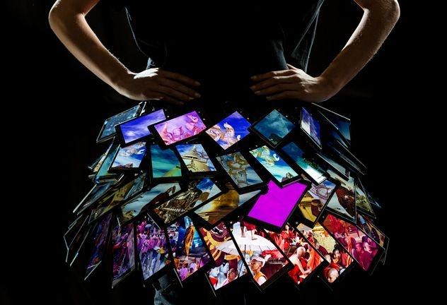 В Лондоне показали юбку из смартфонов Nokia Lumia