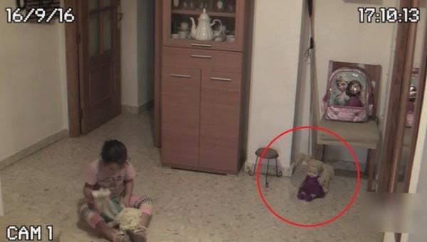 В детской комнате ожила кукла и начала двигаться мебель