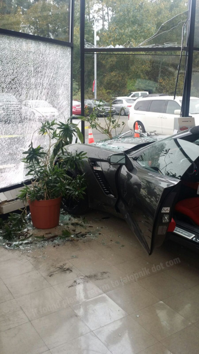 Работник автосалона разбил суперкар Шевроле