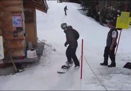 Неопытный сноубордист и подъемник