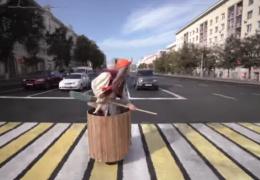 Баба Яга развлекает людей на улице