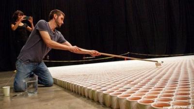 Огромная мозаика из пластиковых стаканчиков