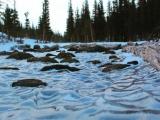 Необычный природный феномен на озере в парке Роки-Маунтин