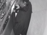 Полиция просит помощи в установлении личности мужчин, укравших наличные в Нарве