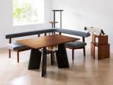 Пообедать с питомцем: в Японии придумали стол с отверстием для кота