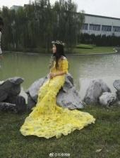 Полгода, девушка, бережно собирала 6 000 листьев, чтобы сделать красивое платье