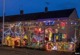 Англичанин ежегодно украшает свой дом к Рождеству