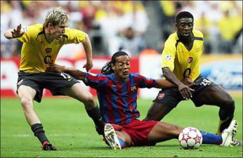 Рональдиньо в борьбе за мяч.