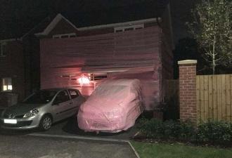 Британский юмор: дом семейной пары запаковали в розовый пластик