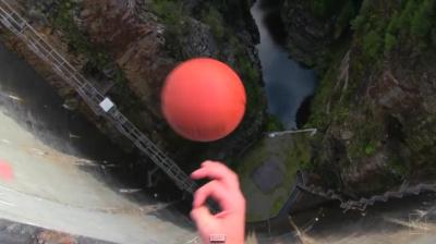 Эффект Магнуса на примере брошенного с плотины баскетбольного мяча