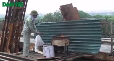 Вьетнамские рабочие жонглируют раскаленными заклепками