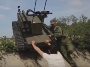 Боевой робот «Платформа-М» едва не придавил журналиста