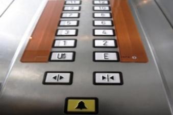 Узники лифта: в Тарту четыре человека застряли в лифте торгового центра Tasku keskus, на место вызвали скорую помощь