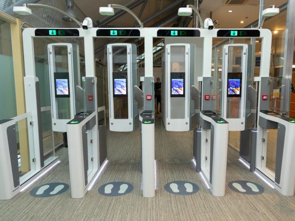 В Таллиннском аэропорту и в Нарве установили автоматизированные ворота пограничного контроля