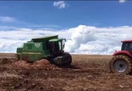 Как трактористы тащили из грязи комбайн